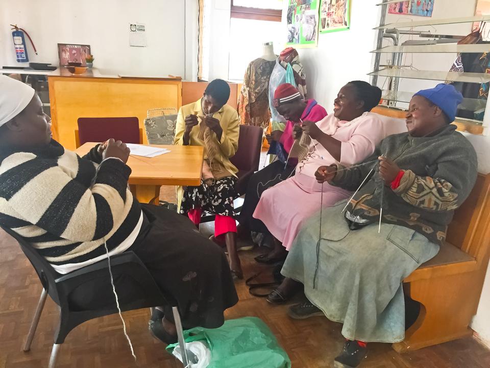Foto 27 Blinde Frauen beim Stricken1